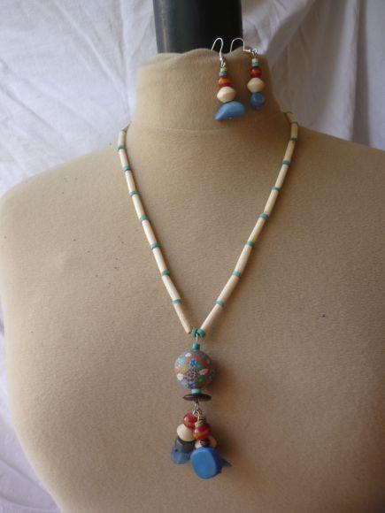 http://courgettolivre.cowblog.fr/images/bijoux/colliers/nantiat/P1030365.jpg