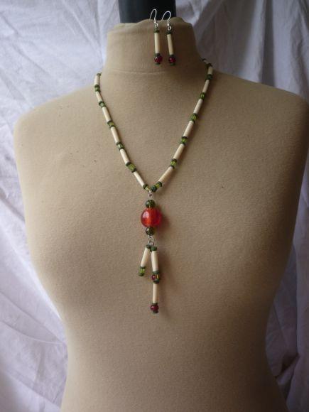 http://courgettolivre.cowblog.fr/images/bijoux/colliers/nantiat/P1030370.jpg