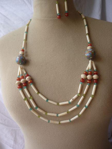 http://courgettolivre.cowblog.fr/images/bijoux/colliers/nantiat/P1030371.jpg