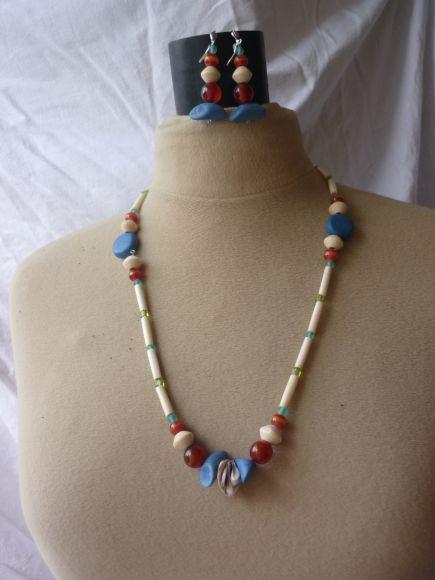 http://courgettolivre.cowblog.fr/images/bijoux/colliers/nantiat/P1030372.jpg